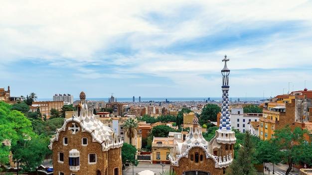 Panoramiczny widok na barcelonę, dachy wielu budynków, widok z parc guell, hiszpania