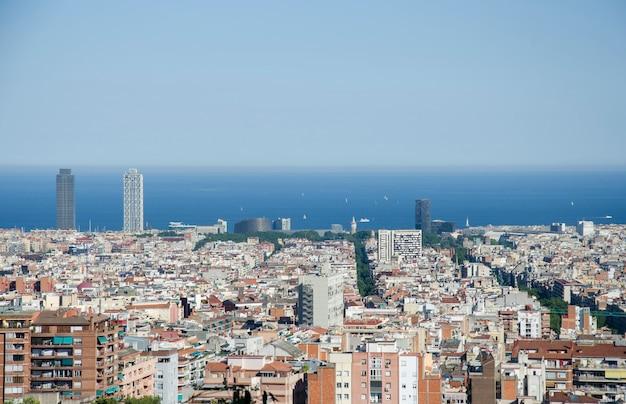 Panoramiczny widok na barcelonę od parku guell w letni dzień w hiszpanii. odgórny widok malowniczy barcelona pejzaż miejski w słonecznym dniu.