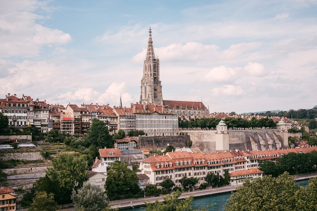 Panoramiczny widok na bern minster i zabytkowego starego miasta berna, stolicy szwajcarii, europy. letni krajobraz, słoneczny dzień i błękitne niebo