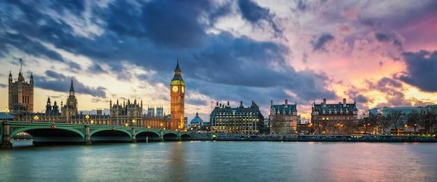 Panoramiczny widok na big bena w londynie o zachodzie słońca w wielkiej brytanii.