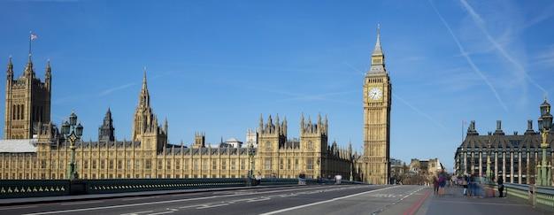 Panoramiczny widok na big bena z mostu w londynie.