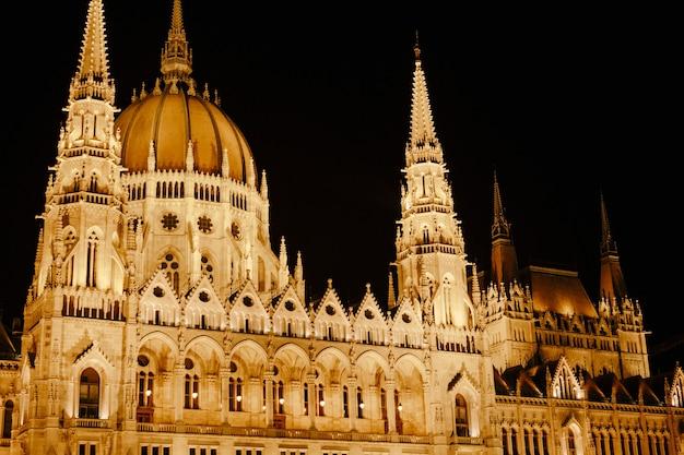 Panoramiczny widok na budynek parlamentu w pięknym oświetleniu nocnym w budapeszcie z bliska