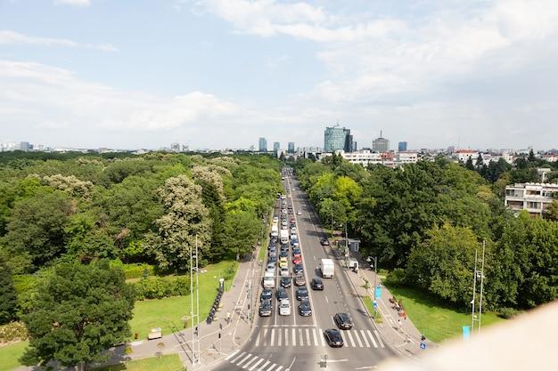 Panoramiczny widok na bulwar metropolitarny z nowoczesnymi budynkami