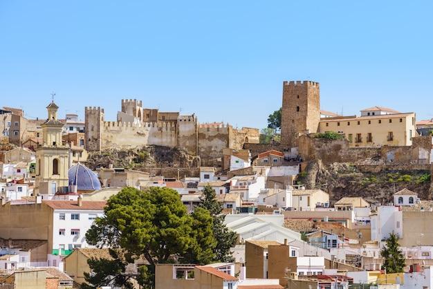 Panoramiczny widok na bunol i jego zamek w walencji w hiszpanii