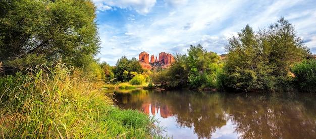 Panoramiczny widok na cathedral rock w sedona w stanie arizona.
