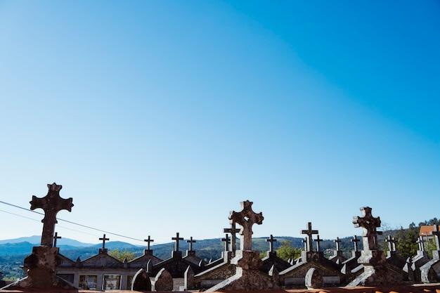 Panoramiczny widok na cmentarz gaelicki w hiszpańskiej miejscowości galicia. wiejski styl życia. miejsce kultu dla katolików. nagrobek upamiętniający kochających śmierć. koncepcja cmentarza.