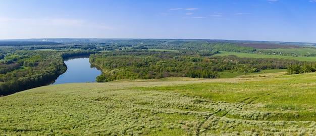 Panoramiczny widok na dolinę rzeki don