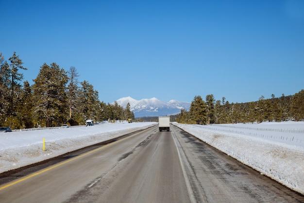 Panoramiczny widok na drodze colorado w zimie