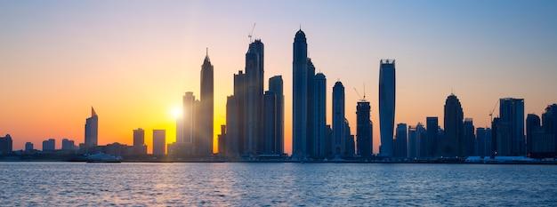 Panoramiczny widok na dubaj o wschodzie słońca, zjednoczone emiraty arabskie