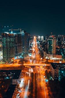 Panoramiczny widok na duże miasto nocą