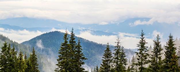 Panoramiczny widok na foggymountains z niskimi chmurami