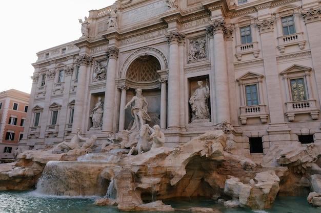 Panoramiczny widok na fontannę di trevi w dzielnicy di trevi w rzymie, włochy. zaprojektowany przez włoskiego architekta nicola salvi i ukończony przez giuseppe pannini