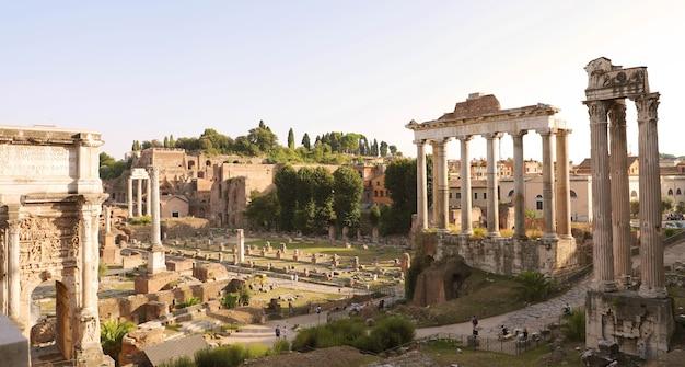 Panoramiczny widok na forum romanum o zachodzie słońca w rzymie, włochy