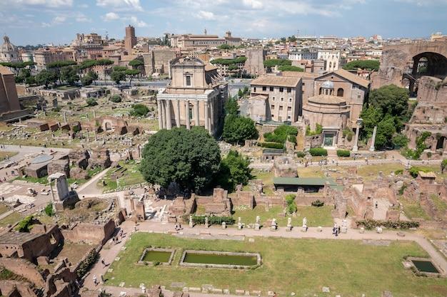 Panoramiczny widok na forum rzymskie, znane również jako forum romanum lub foro romano ze wzgórza palatyn. jest to forum otoczone ruinami starożytnych budynków rządowych w centrum rzymu