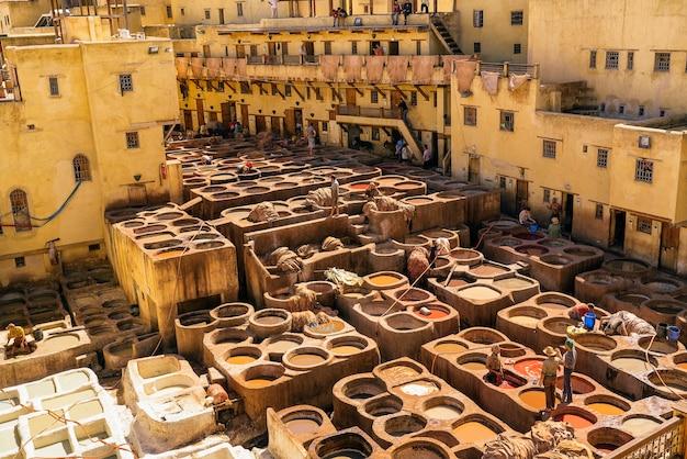 Panoramiczny widok na garbarnie fezu, kolorowa farba do skóry, maroko, afryka