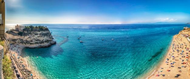 Panoramiczny widok na główną plażę w tropei