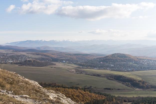 Panoramiczny widok na góry i pola