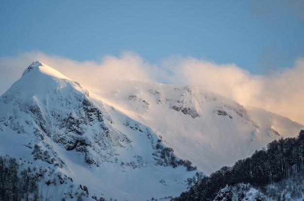 Panoramiczny widok na góry ośrodka narciarskiego soczi w rosji.