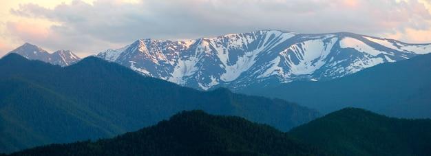 Panoramiczny widok na góry, wieczorne światło, ośnieżone szczyty górskie