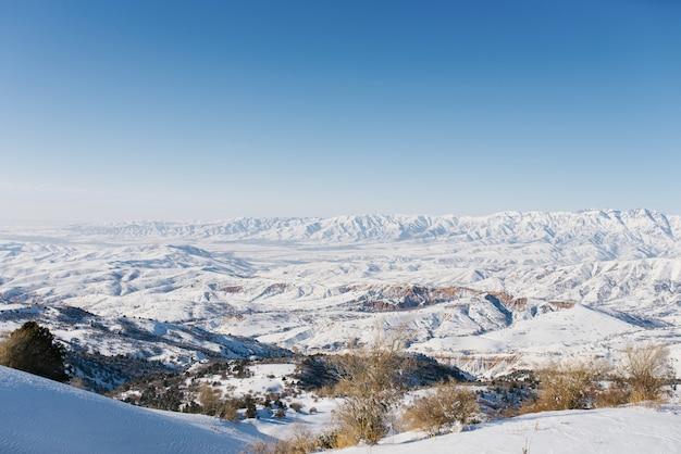Panoramiczny widok na góry ze skałami w górach tien shan w azji środkowej