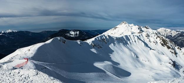 Panoramiczny widok na grzbiet górski aibga (północne zbocze) w alpejskim kurorcie rosa khutor.