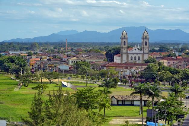 Panoramiczny widok na historyczne miasto kolonialne