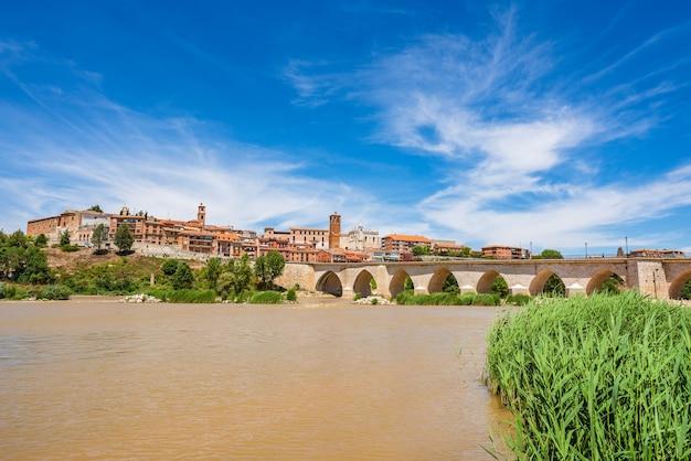 Panoramiczny Widok Na Historyczne Miasto Torsillas W Valladolid Castilla Y Leon Hiszpania Premium Zdjęcia