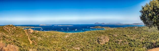 Panoramiczny widok na jedno z najbardziej malowniczych miejsc na costa smeralda, niedaleko porto cervo na sardynii we włoszech