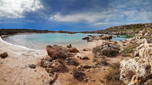 Panoramiczny widok na jezioro aspri limni na krecie