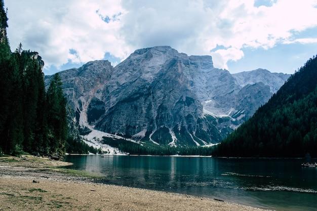 Panoramiczny widok na jezioro braies, włochy