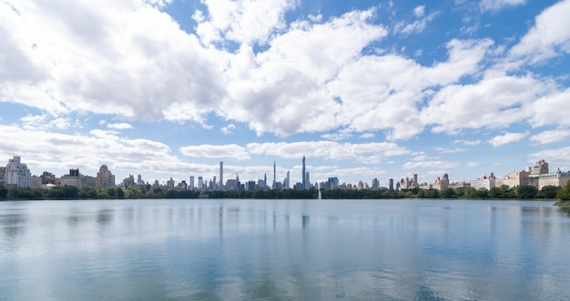 Panoramiczny widok na jezioro central park