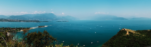 Panoramiczny widok na jezioro garda, włochy, słaba widoczność