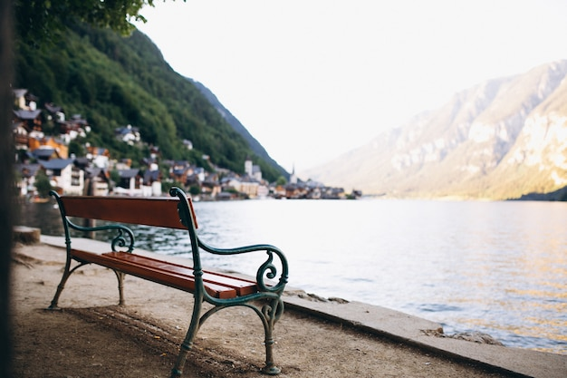 Panoramiczny widok na jezioro i góry