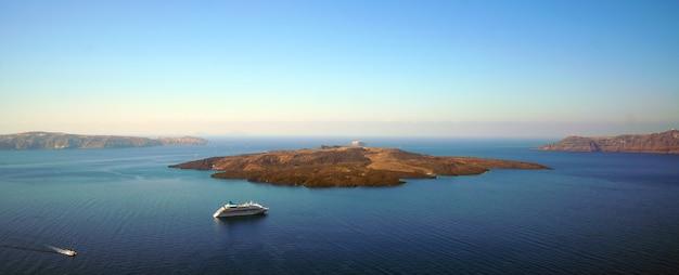 Panoramiczny widok na kalderę ze statkiem wycieczkowym na santorini