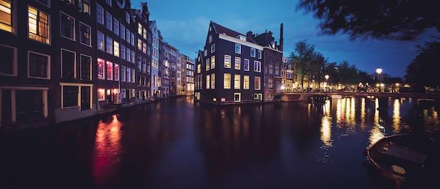 Panoramiczny widok na kanał amsterdamu