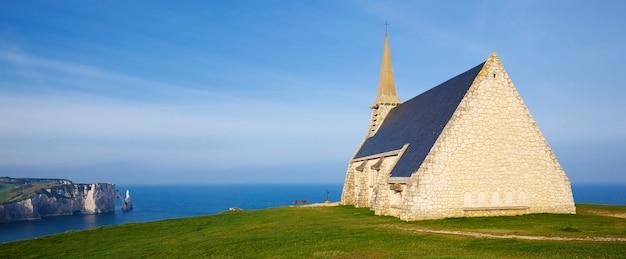 Panoramiczny widok na kaplicę kościoła notre dame de la garde i klif etretat aval, normandia, francja, europa