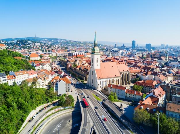Panoramiczny widok na katedrę św. marcina z lotu ptaka. katedra św. marcina to rzymskokatolicki kościół w bratysławie na słowacji.