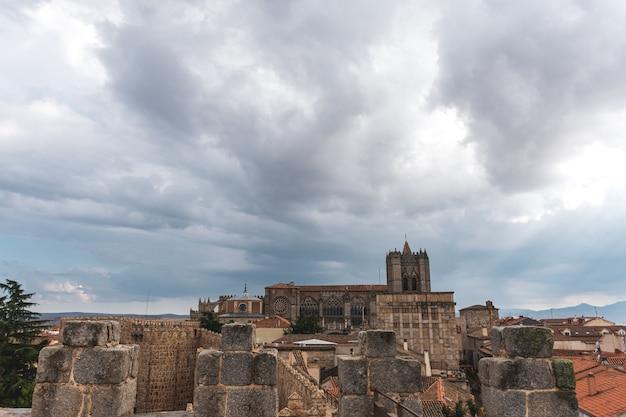 Panoramiczny widok na katedrę w avila, hiszpania.