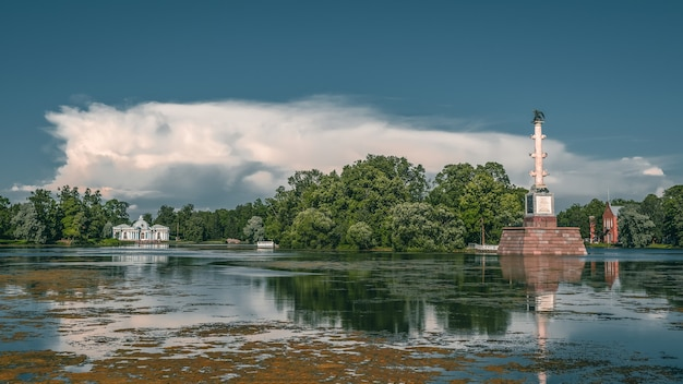 Panoramiczny widok na kolumnę chesma w catherine park w carskim siole, sankt petersburg, rosja. pojęcie turystyki krajowej