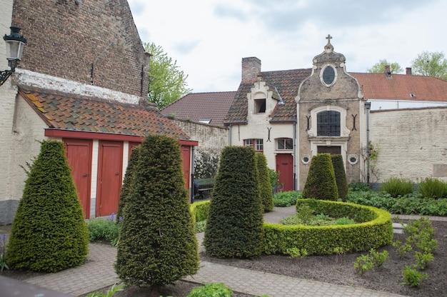 Panoramiczny widok na kompleks średniowiecznego szpitala św. jana w brugii w belgii
