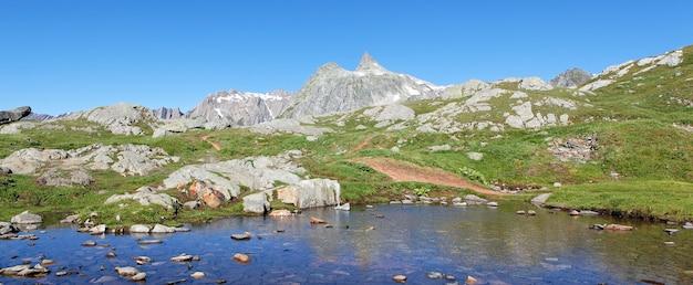 Panoramiczny widok na krajobraz górskich włoskich alpejskich latem