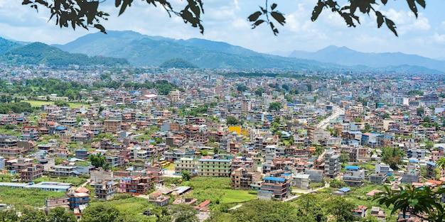 Panoramiczny widok na krajobraz miasta pokhara, nepal. podróż w koncepcji nepalu. zdjęcie stockowe.
