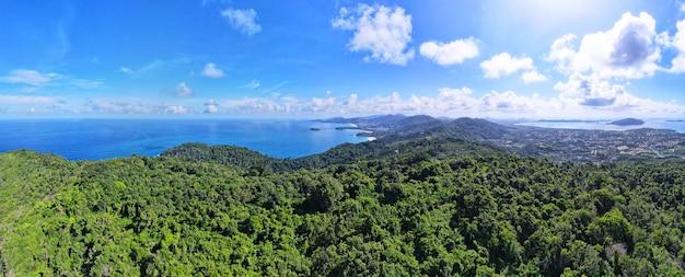 Panoramiczny widok na krajobraz natury, góry i morze w podróży turystycznej phuket tajlandia 2021