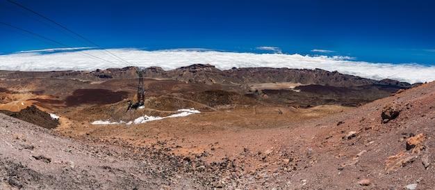 Panoramiczny widok na krajobraz z kolejką linową z wulkanicznej góry teide, teneryfa, hiszpania