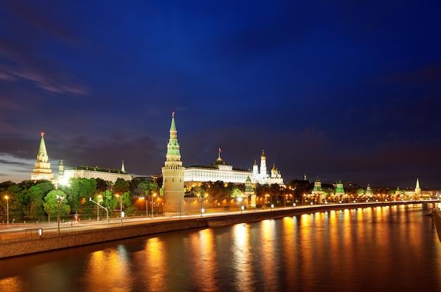 Panoramiczny widok na kreml moskiewski i rzekę moskwa nocą, miasto moskwa, rosja.