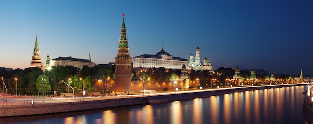 Panoramiczny widok na kreml moskiewski i rzekę moskwa, rosja.