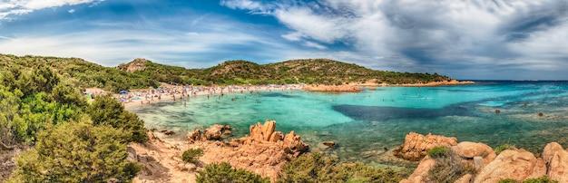 Panoramiczny widok na kultową spiaggia del principe, jedną z najpiękniejszych plaż na costa smeralda na sardynii we włoszech