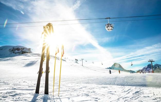 Panoramiczny widok na lodowiec ośrodka narciarskiego i wyciąg krzesełkowy we francuskich alpach