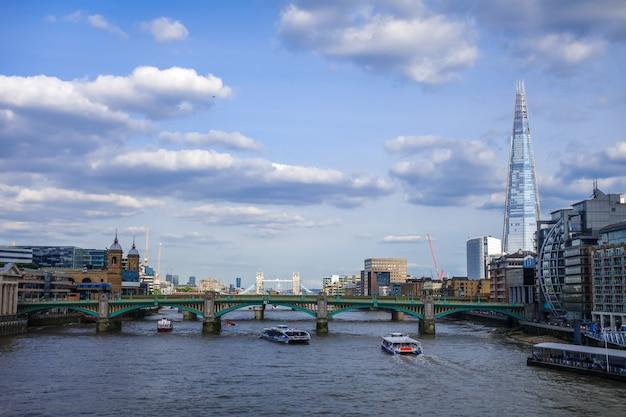 Panoramiczny widok na londyn i rzekę tamizę, wielka brytania