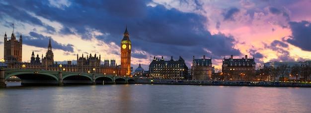 Panoramiczny widok na londyn o zachodzie słońca w wielkiej brytanii.